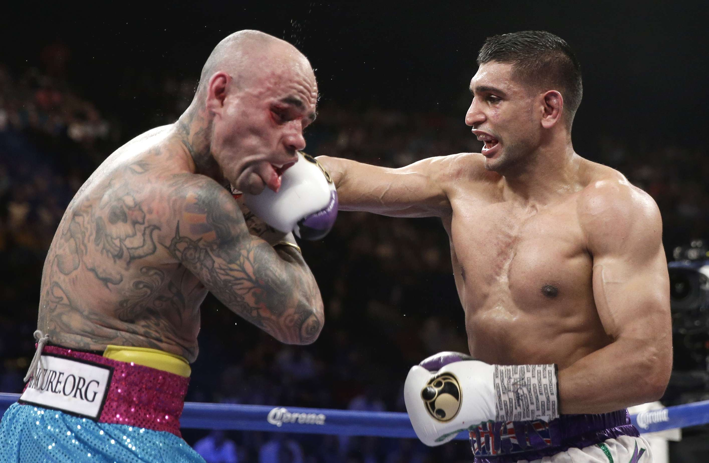 England's Amir Khan, right, connects with a hard right to the head of Luis Collazo in their silver welterweight title boxing fight Saturday, May 3, 2014, in Las Vegas. (AP Photo/Isaac Brekken) Foto: AP en español