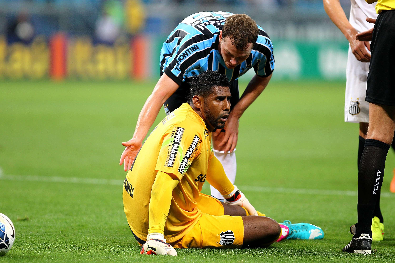 Aranha fica no chão após dividida com atacante do Grêmio Foto: Lucas Uebel/Getty Images