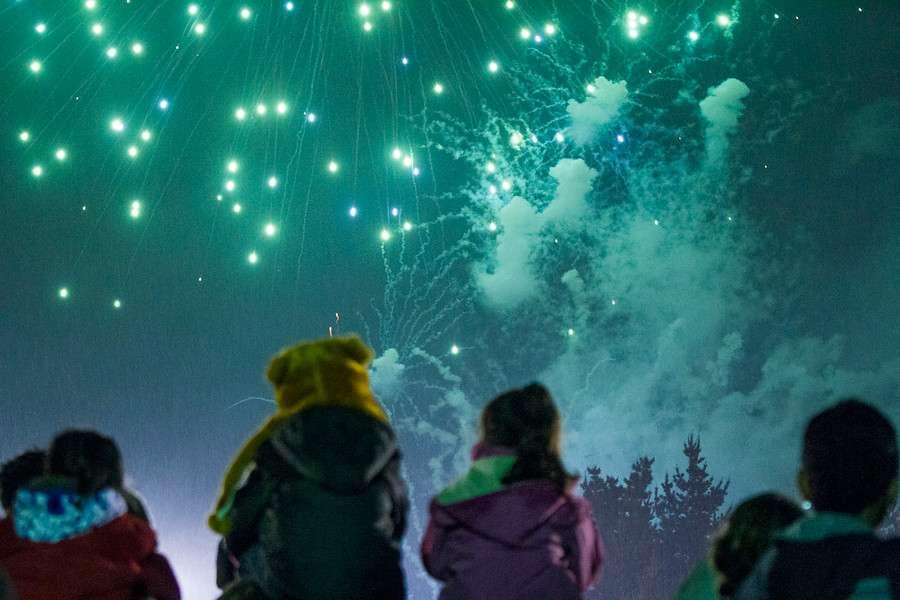 Pese a la lluvia, cientos de personas observaron el lanzamientos de fuegos Artificiales que lleno de colorido, figuras y ruido los cielos de la Isla Cautín en Temuco este 18 de septiembre en el marco de la Celebración de Fiestas Patrias que se realizan a lo largo del país. Foto: Agencia UNO