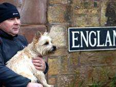 "Hombre sentado junto a un cartel que dice ""Inglaterra"" Foto: BBC Mundo/Copyright"
