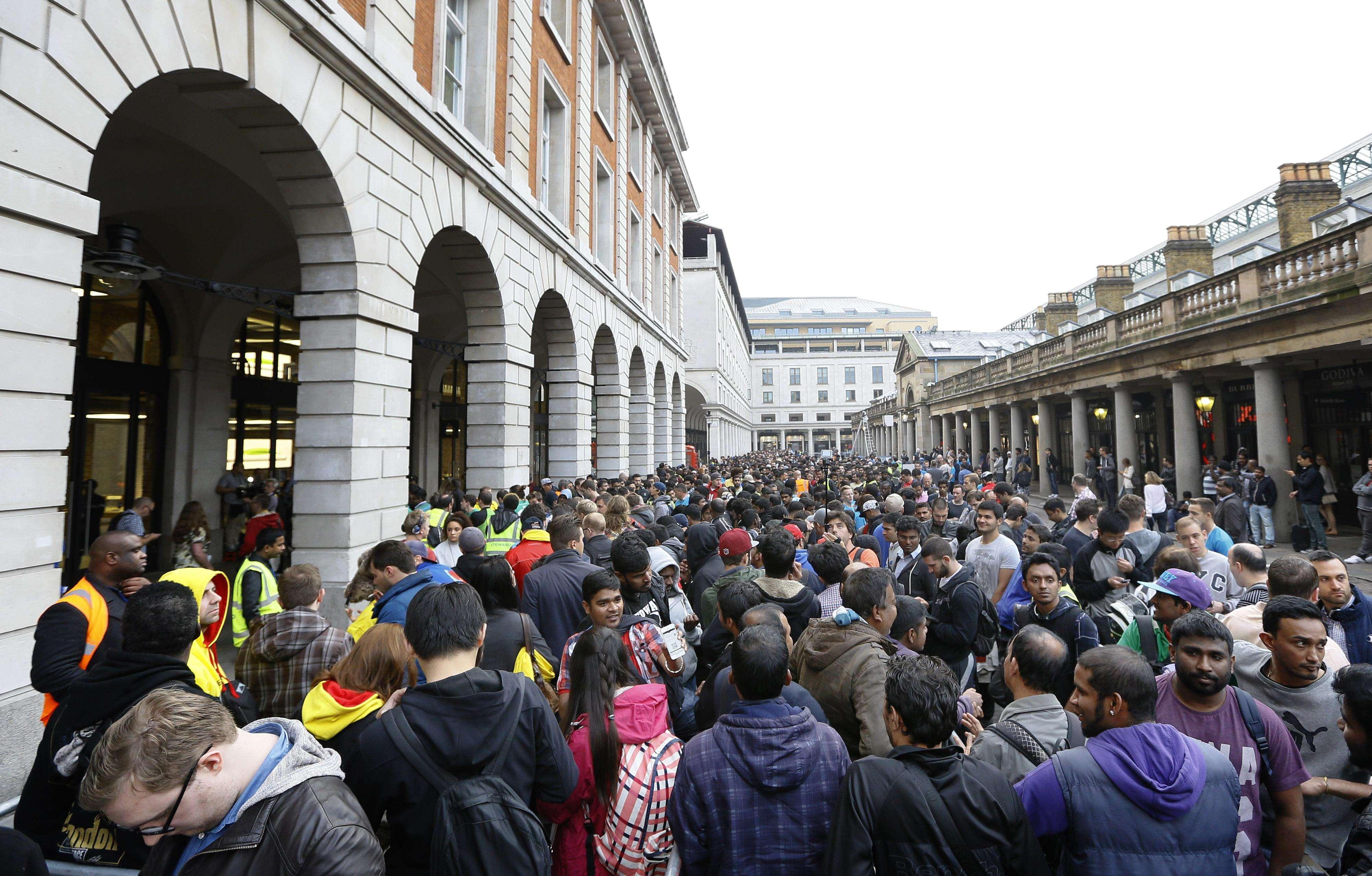 Una multitud hace fila para comprar el iPhone6 frente a la tienda de Apple en Covent Garden, en Londres. Foto: AP en español