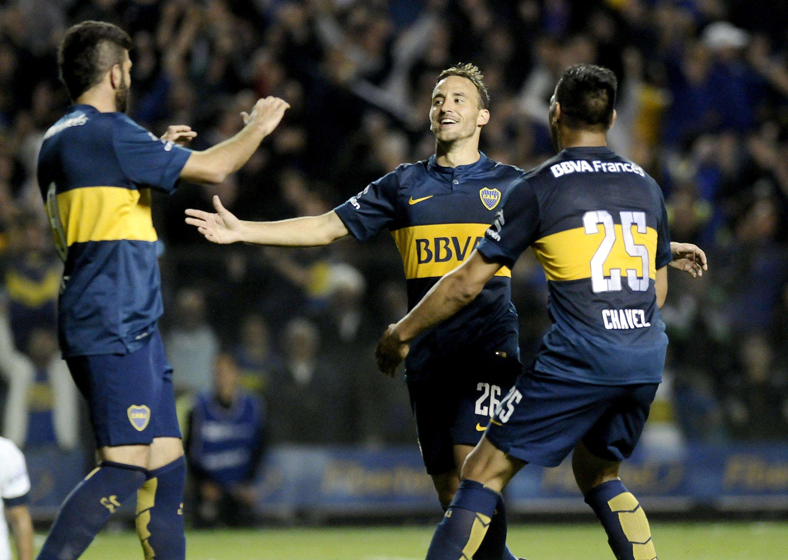 Con buen juego, presión y poder de gol, Boca se metió en los octavos de final de la Copa Sudamericana, tras superar este jueves por 3 a 0 a Rosario Central en un partido disputado en la Bombonera, por la segunda fase. Chávez, dos veces, y el chileno Fuenzalida marcaron los tantos xeneizes. Foto: Agencias