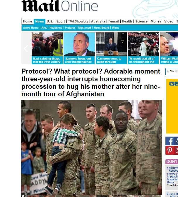 Formación militar interrumpida por un abrazo que se volvió viral. Foto: Dailymail.co.uk
