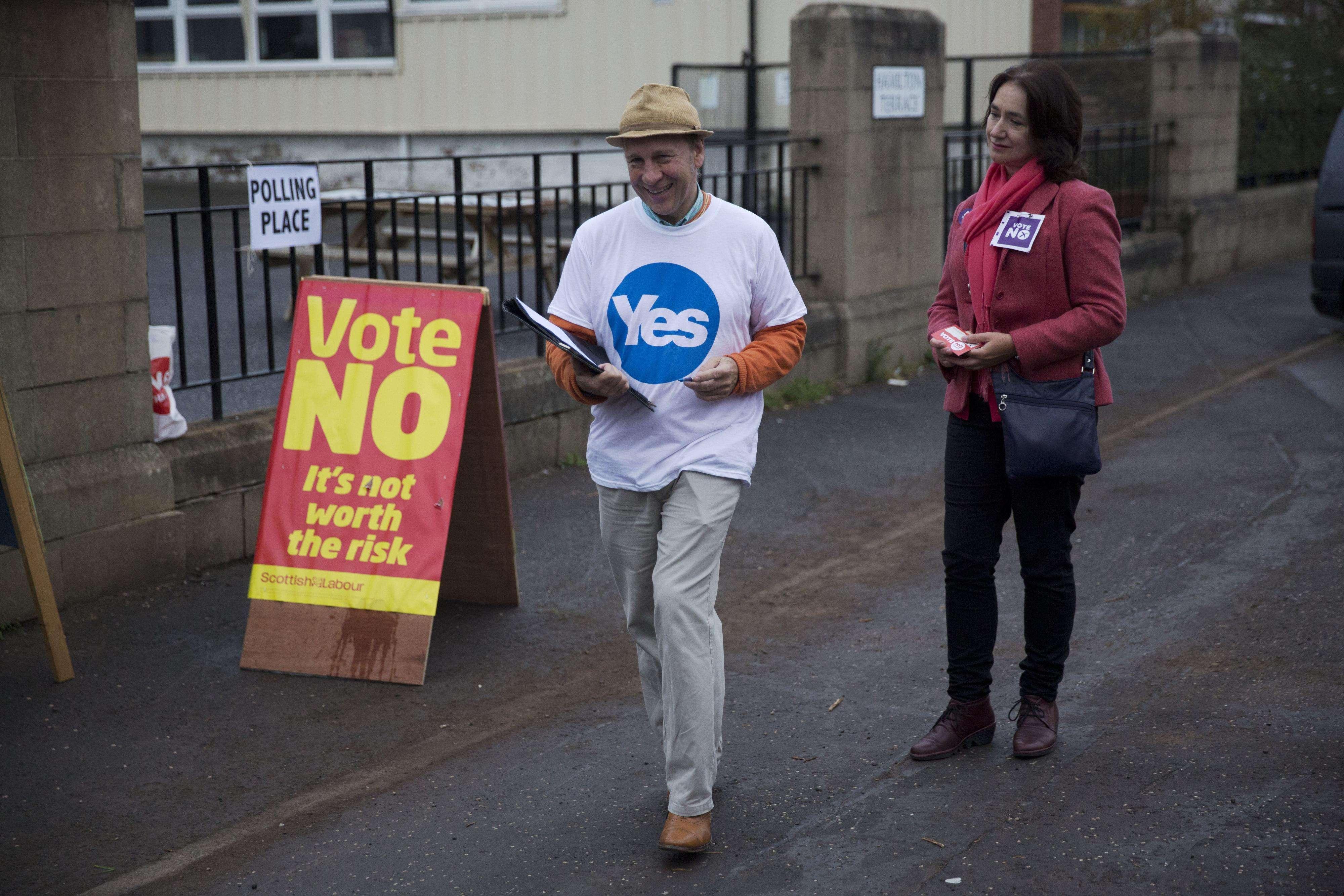 """Un activista en favor del """"Sí"""" frente a un centro de votación en Edimburgo, Escocia, el 18 de septiembre de 2014. Foto: AP en español"""