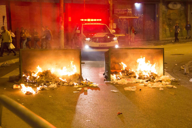Camelôs atearam fogo no lixo para atrapalhar a ação da polícia Foto: Marcio Ribeiro/Futura Press