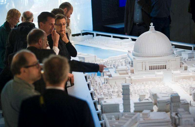 People look at a scale model of 'Germania', a Nazi building project for a utopian German capital, in Berlin, September 17, 2014. Foto: Thomas Peter/Reuters