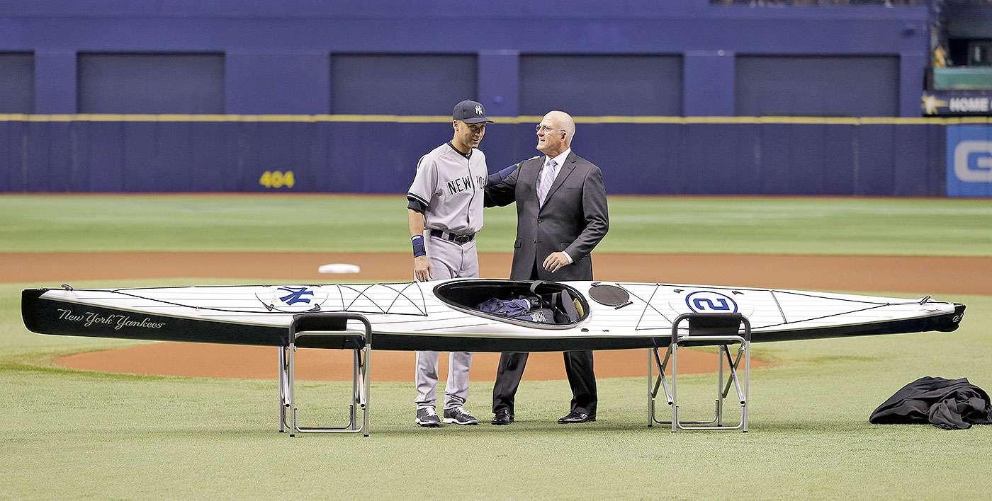 Los regalos de despedida para Derek Jeter: El pasado 17 de septiembre, los Rays de Tampa Bay obsequiaron un kayak al capitán de los Yanquis. Foto: Chris O'Meara/AP
