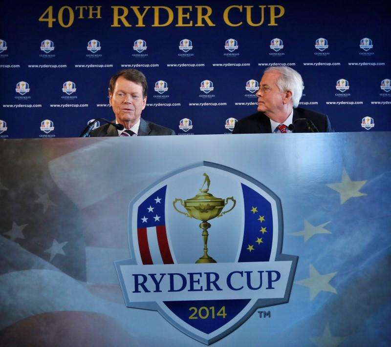 File photograph shows Golfer Tom Watson (L) and PGA of America president Ted Bishop speaking to the press after being introduced as Ryder Cup captain in New York, December 13, 2012. Foto: Brendan McDermid/Reuters
