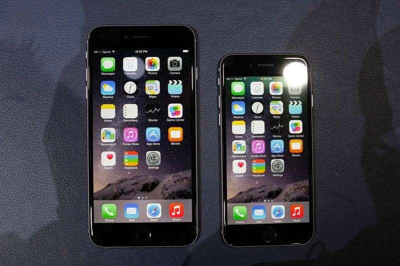 Unos iPhone 6 a la venta en una tienda de Apple en Berlín, sep 19 2014. El iPhone 6 Plus de Apple emplea semiconductores de Qualcomm, Skyworks Solutions, Avago Technologies y otras empresas, según la firma de reparación de dispositivos iFixit, que abrió uno de los teléfonos en Melbourne a primera hora del viernes. Foto: Hannibal/Reuters