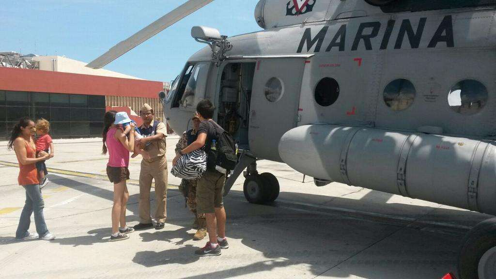 Además de ayudar en el traslado de damnificados en Baja California Sur, la Marina inicia labores de acopio. Foto: Twitter / @SEMAR_mx