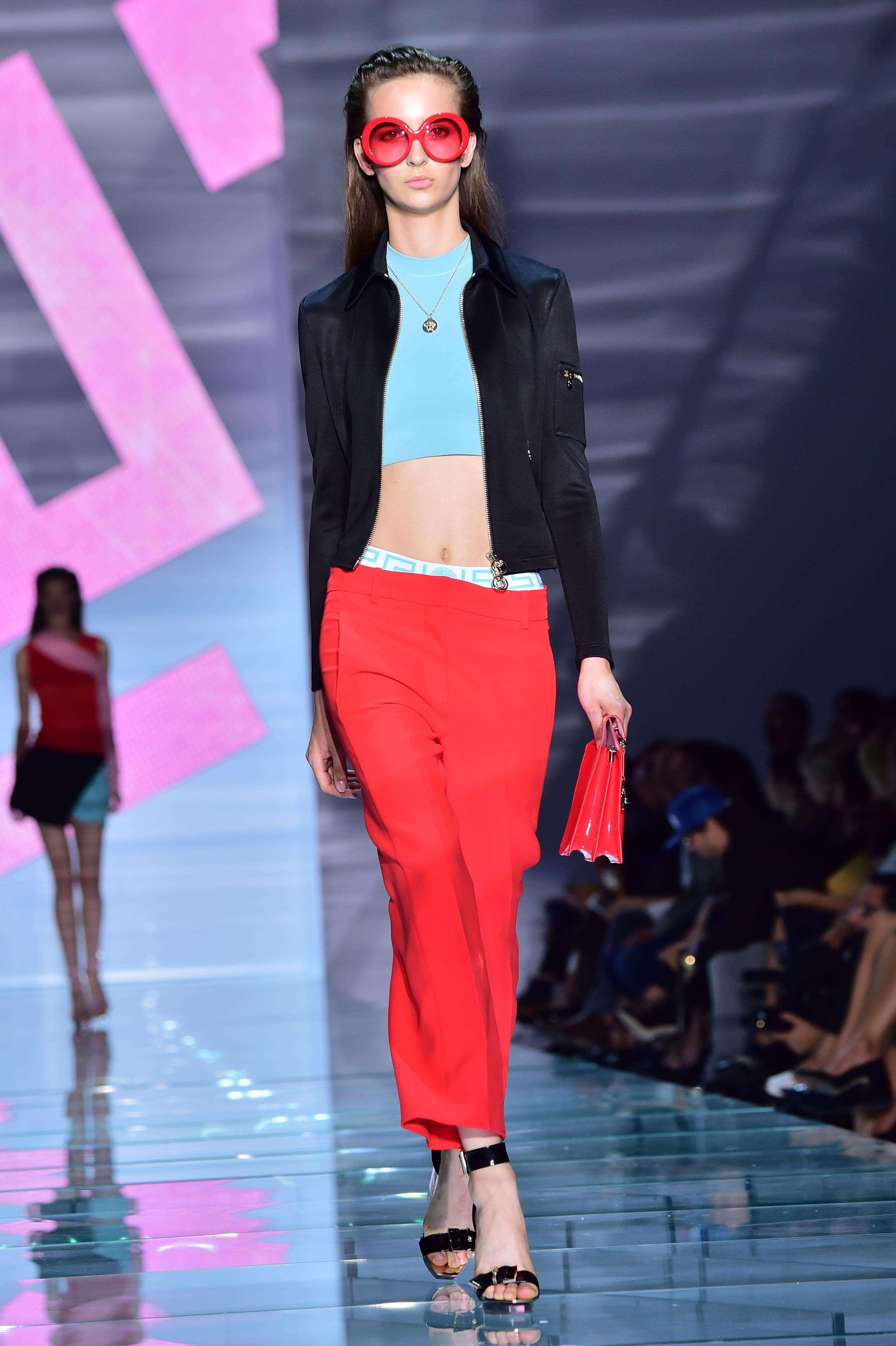 Milan Fashion Week: Versace propone una moda con toque go-go Foto: AFP
