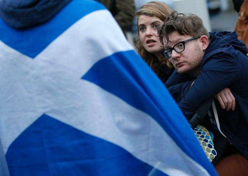 Casal do lado de fora do Parlamento da Escócia, em Edimburgo, após referendo sobre a independência. 19/09/2014 Foto: Russell Cheyne/Reuters