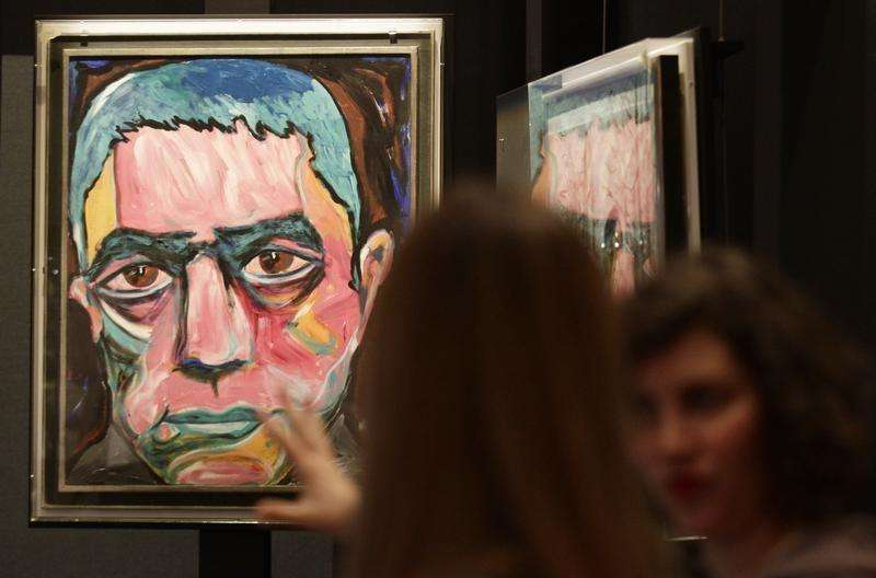 A painting by David Bowie is set up for the upcoming David Bowie exhibition in Berlin, May 14, 2014. Foto: Tobias Schwarz/Reuters
