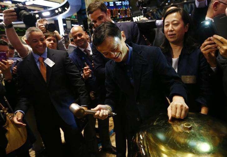 Operadores na bolsa de Nova York na estreia da negociação das ações da empresa chinesa de e-commerce Alibaba. Foto: Brendan McDermid/Reuters