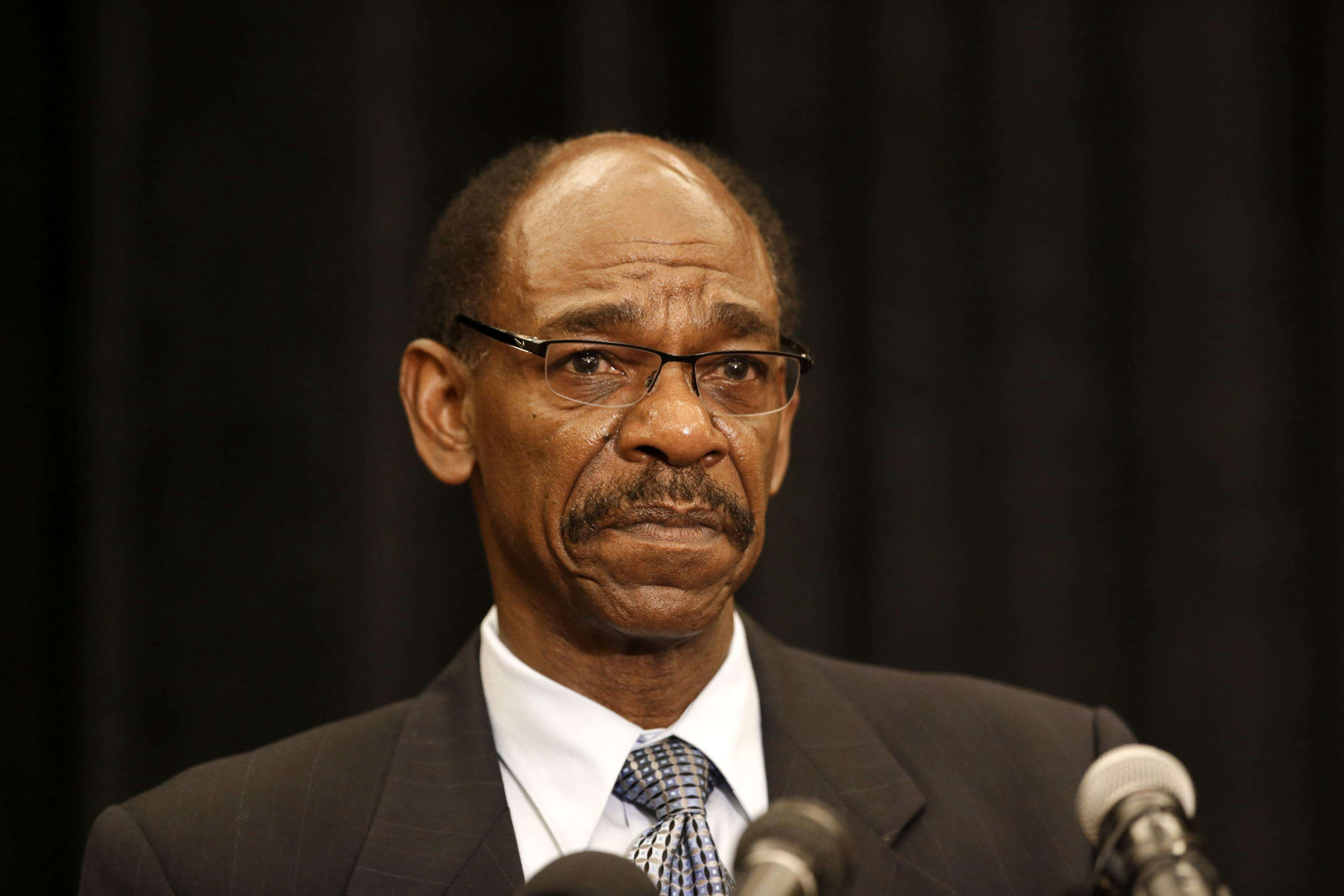 Ron Washington al hablar en rueda de prensa sobre lo que ocurrió de su salida de Rangers de Texas. Foto: AP