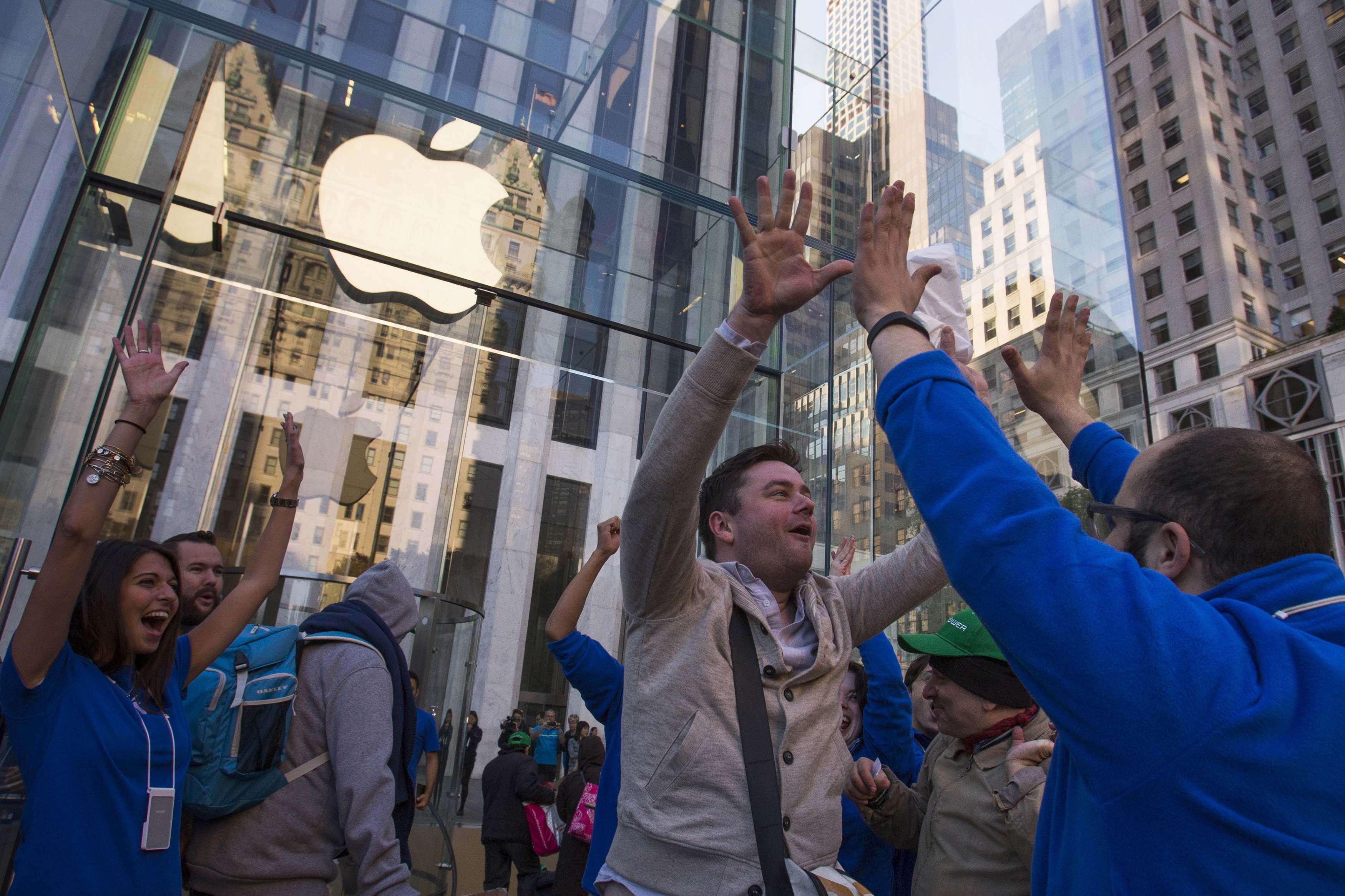 """Gibsons ainda recebeu o clássico cumprimento dos funcionários da Apple ao comprar o aparelho, o """"high five""""(conhecido no Brasil como """"toca aqui"""") Foto: Adress Latif/Reuters"""
