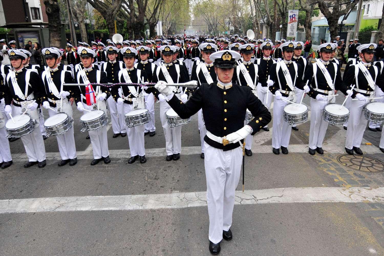 """La Escuela Naval Arturo Prat desfila frente al centro de ex-cadetes y oficiales de la Armada """"Caleuche"""", ubicado en la comuna de Providencia, previo a la Gran Parada Militar 2014 que se realiza en la Elipse del Parque O'Higgins, en el día de la que celebración de las Glorias del Ejército. Foto: UPI"""