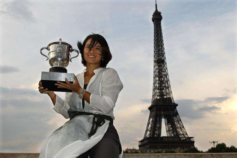 Li Na of China poses with her trophy near the Eiffel Tower in Paris after winning her women's final against Francesca Schiavone of Italy at the French Open tennis tournament at the Roland Garros stadium in Paris June 4, 2011. Foto: Charles Platiau/Reuters