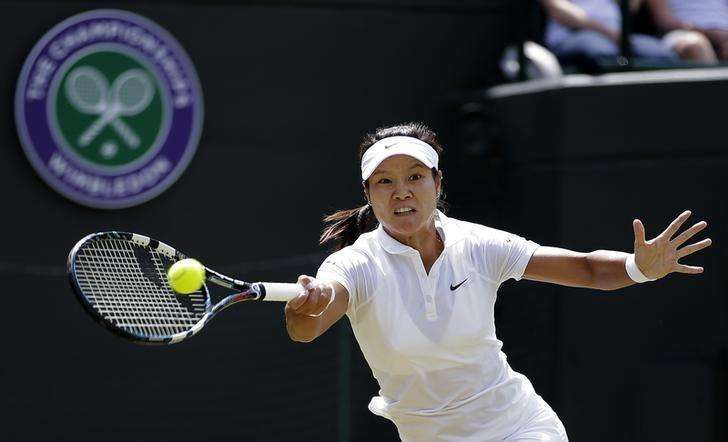 Li Na of China hits a return to Barbora Strycova of the Czech Republic during their women's singles tennis match at the Wimbledon Tennis Championships, in London June 27, 2014. Foto: Max Rossi/Reuters