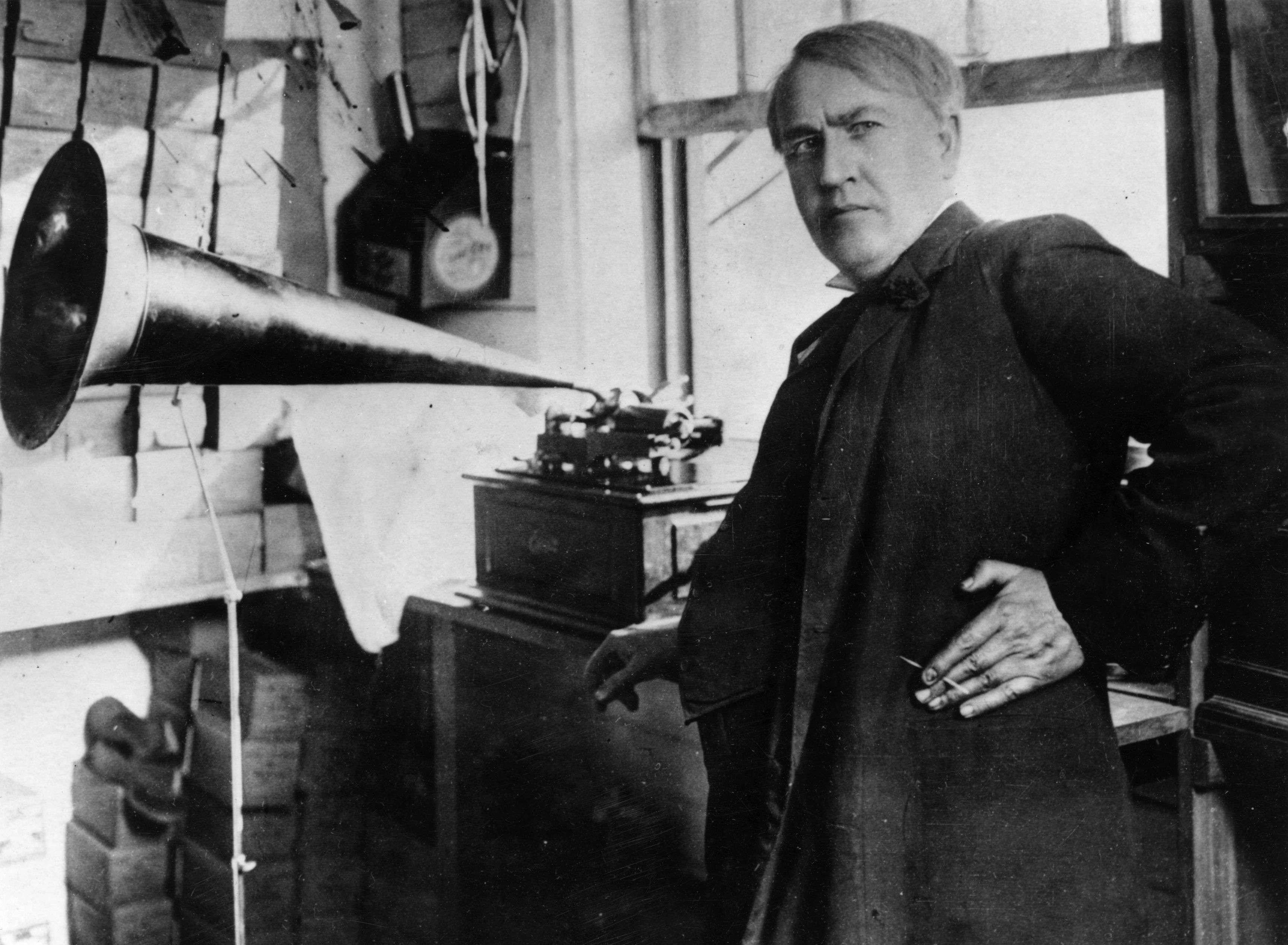 Thomas Edison ao lado de uma de suas maiores invenções, o fonógrafo, primeiro aparelho da história capaz de gravar e reproduzir sons Foto: Hulton Archive/Stringer/Getty Images