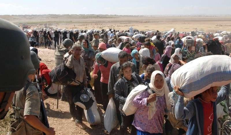 Centenas de refugiados curdos estão na fronteira da Turquia nesta sexta-feira Foto: Stringer/Reuters