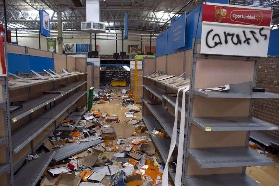 """El Gobierno federal reportó que 19 tiendas de autoservicio en Baja California Sur se encuentran cerradas por """"destrucción total"""", derivado de saqueos y daños provocados por la población. Foto: AP en español"""