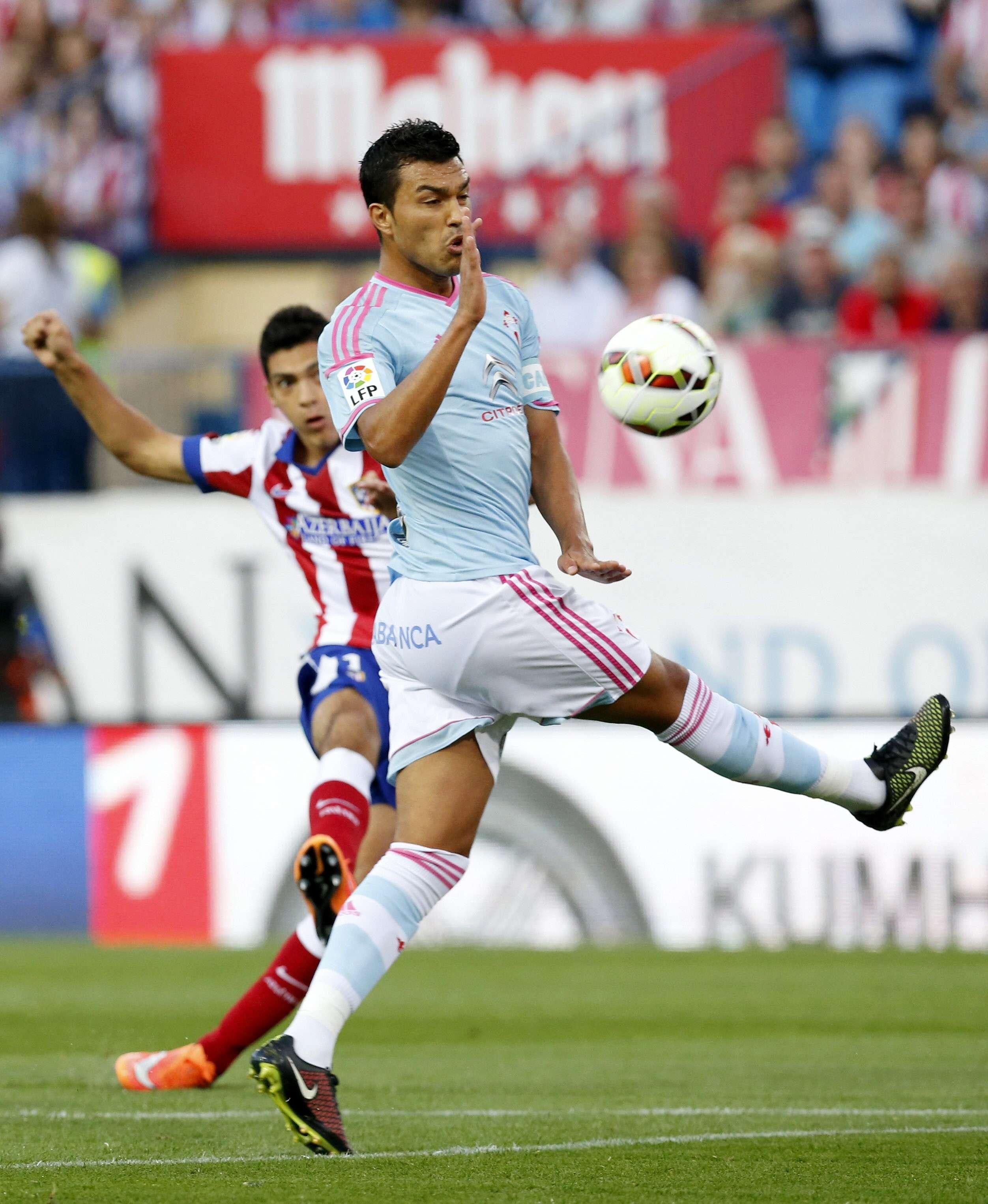 El delantero mexicano, en uno de sus disparos a la portería de la escuadra gallega. Foto: EFE