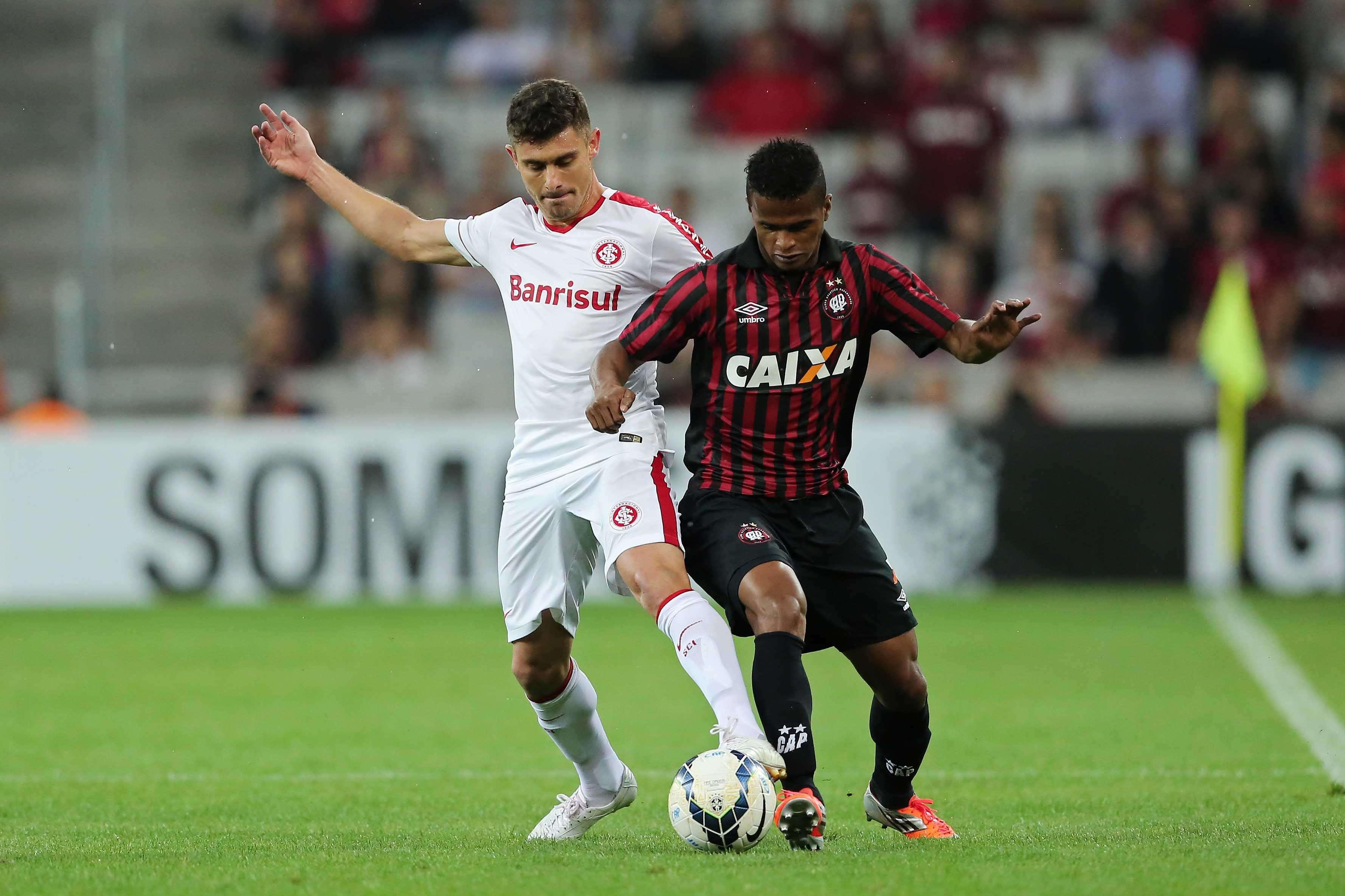 Alex e Mário Sérgio disputam bola na Arena da Baixada Foto: Heuler Andrey/Getty Images
