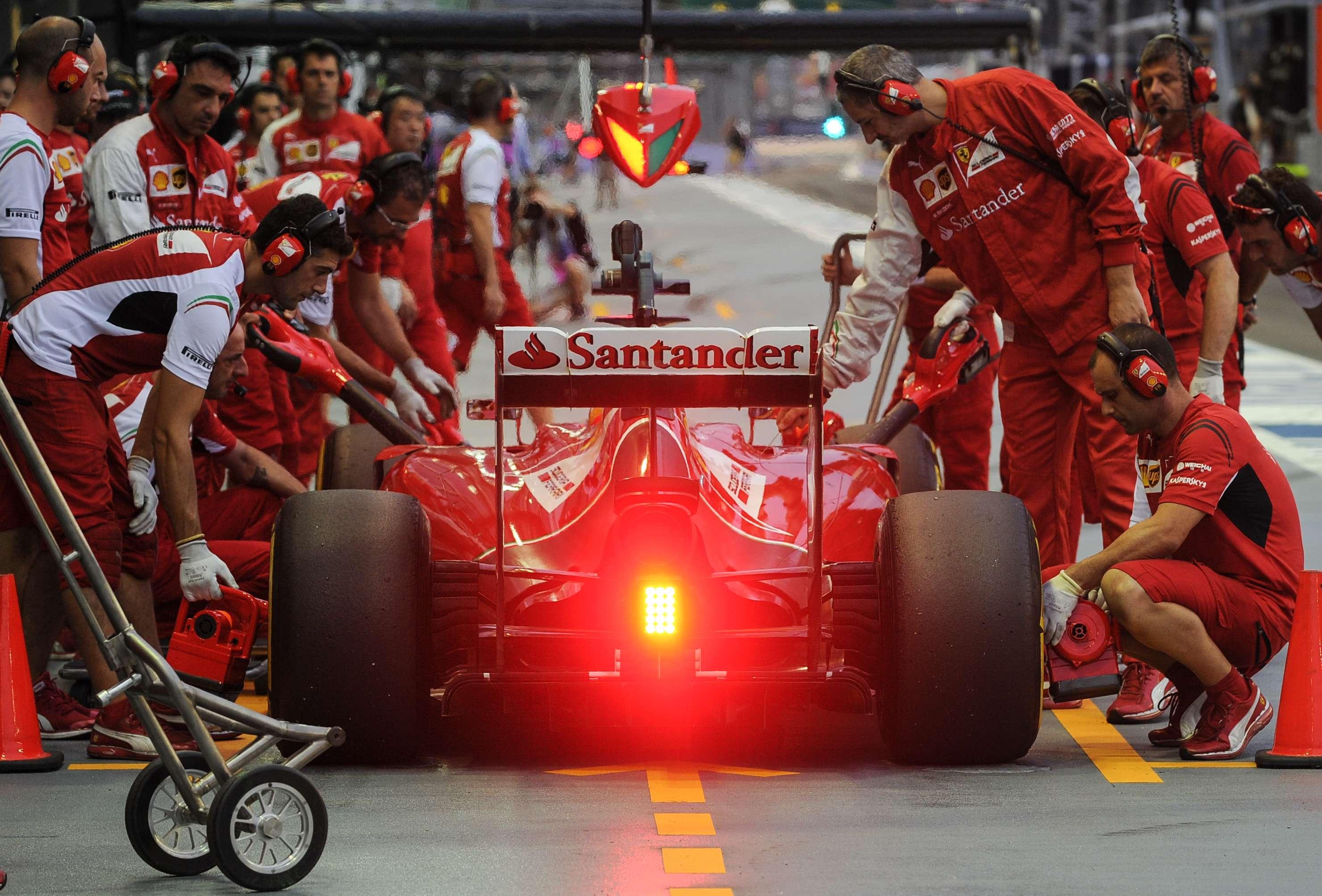 Fernando Alonso entra nos boxes durante o terceiro treino livre para o GP de Cingapura Foto: Mohd Rasfan/AFP