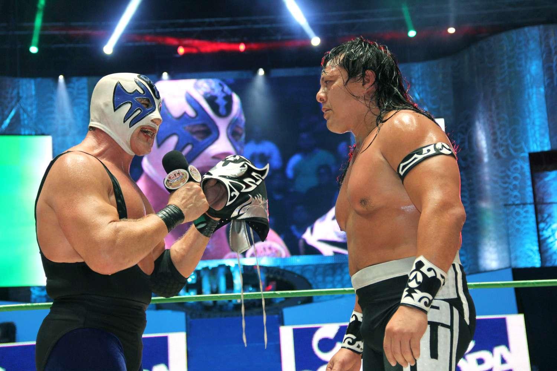 Atlantis en una histórica batalla ante Último Guerrero en la función de aniversario del CMLL. Foto: Terra