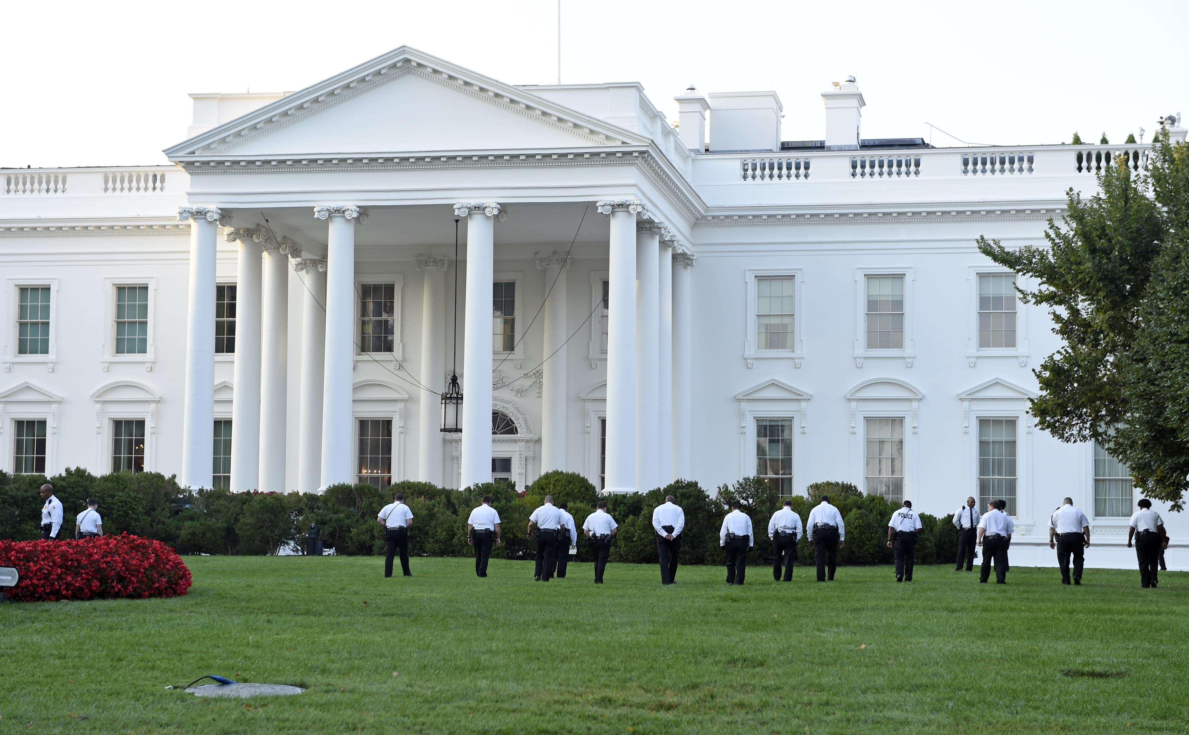 Oficiales del Servicio Secreto caminan en el jardín de la Casa Blanca en Washington, el sábado 20 de septiembre de 2014 Foto: AP en español