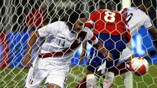 Claudio Pizarro tiene romance con el gol siempre ante Chile. Foto: Internet/Difusión.