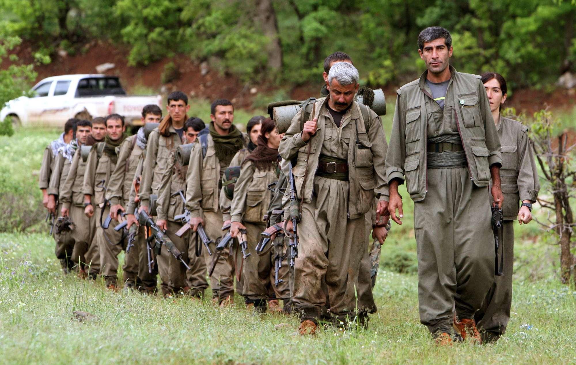 En esta imagen del 14 de mayo de 2013, un grupo de combatientes curdos del Partido del Trabajo del Curdistán entran al norte de Irak por la zona de Heror, al noroeste de Bagdad. Foto: AP en español