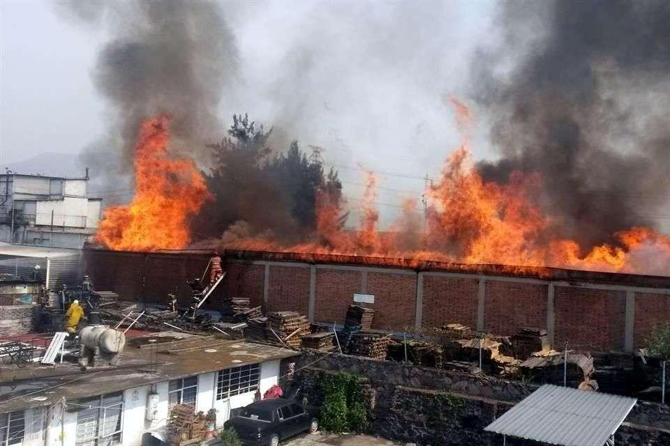 Un incendio se registra este sábado en una fábrica de madera en la Colonia Parque Industrial Xalostoc, en el Municipio de Ecatepec, sin que los cuerpos de emergencia tengan conocimiento de personas heridas. Foto: Salvador Chávez/Reforma