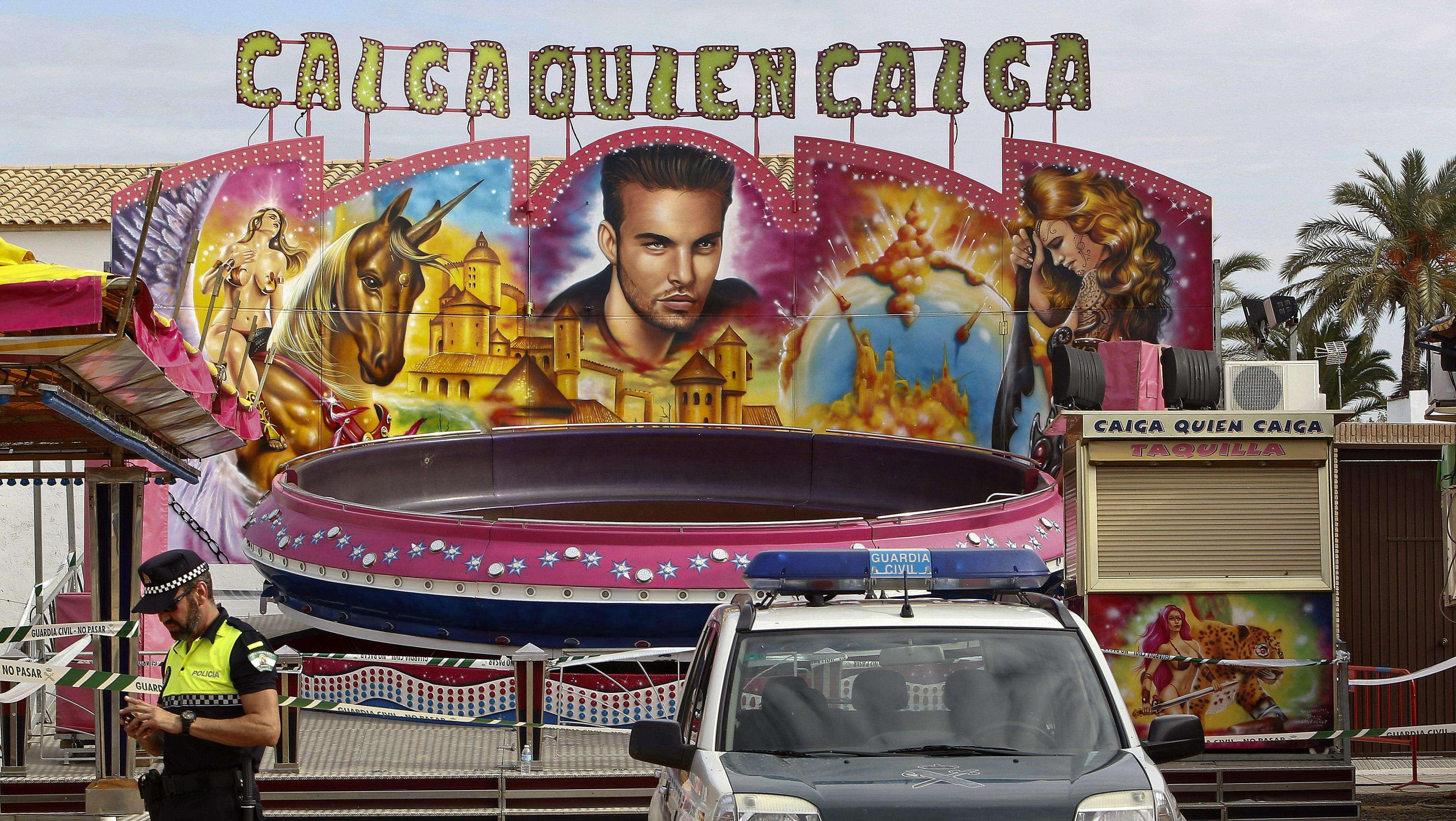 La atracción de la feria de Maribáñez (Sevilla) en la que murió la menor de 12 años, denominada La Olla y que se basa en giros, ha sido precintada para que pueda ser analizada a la luz del día. Foto: EFE