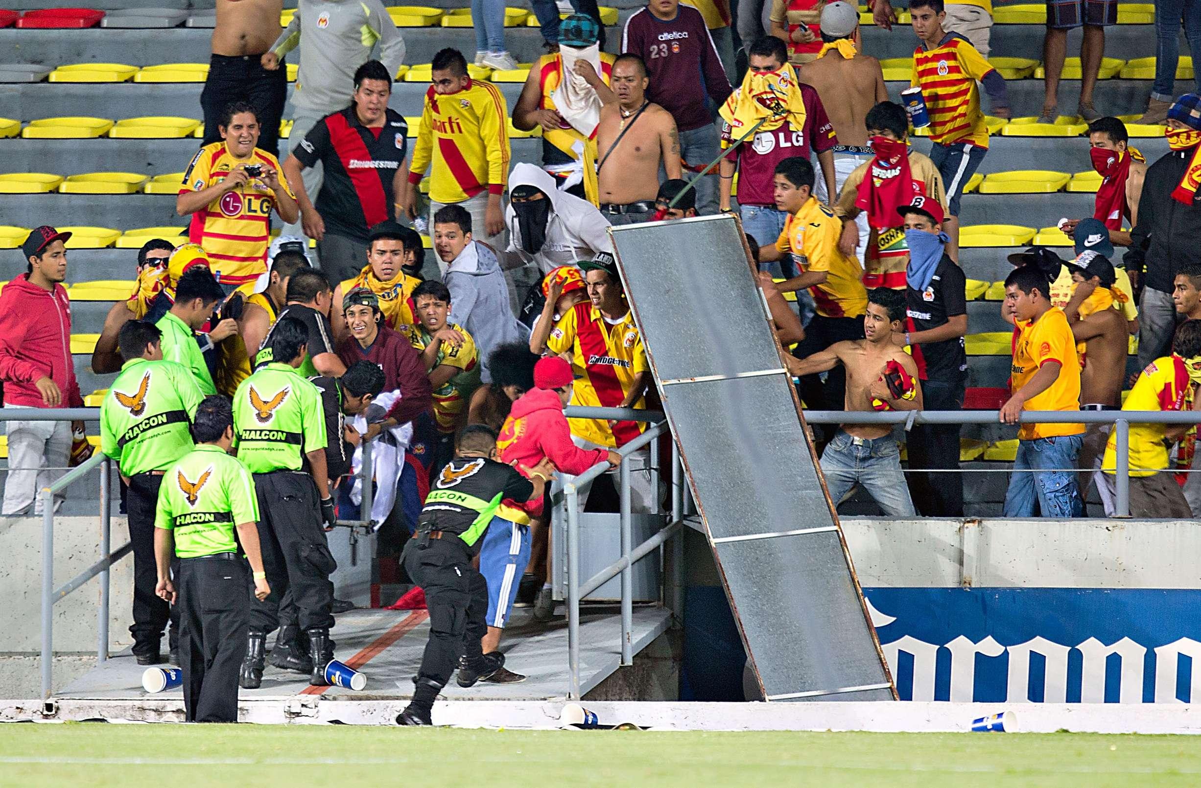 Afición de Monarcas Morelia protesta por la derrota ante Pumas e invade la cancha del estadio Morelos. Foto: Imago7