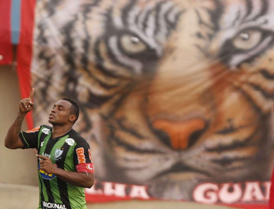 Obina comemora gol da vitória do América-MG Foto: Carlos Costa/Agência Lance