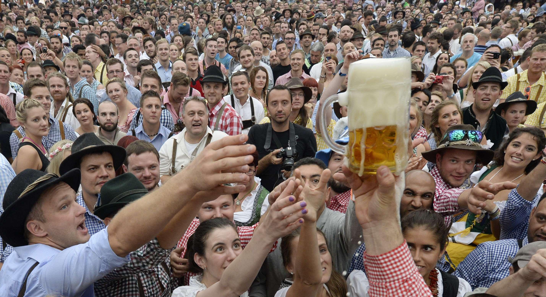 Ao todo, 6,7 milhões de litros de cerveja foram consumidos em 2013 Foto: Christof Stache /AFP