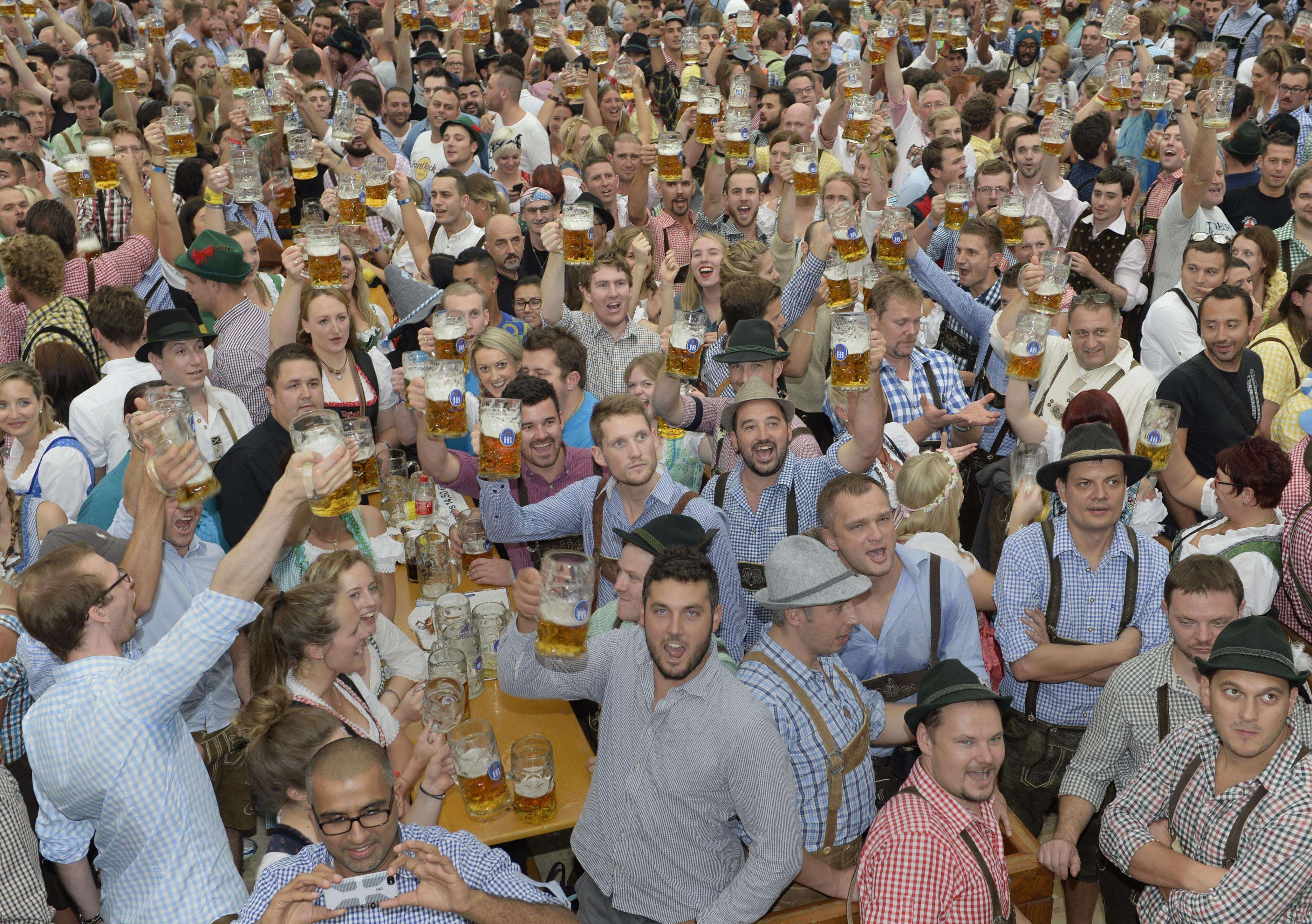 A caneca Mass, com um litro de cerveja custará a partir deste ano 10,10 euros (R$ 30,66) Foto: Christof Stache /AFP