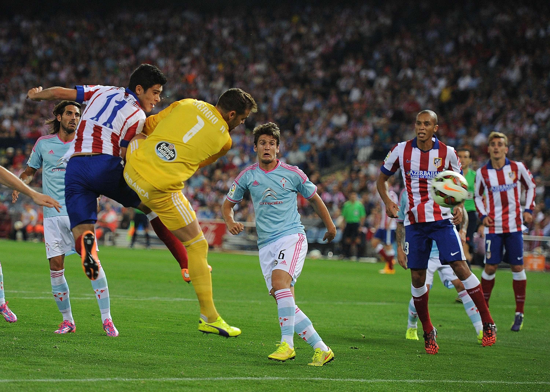 Raúl Jiménez en la jugada en donde le fue anulado un gol. Foto: Getty Images