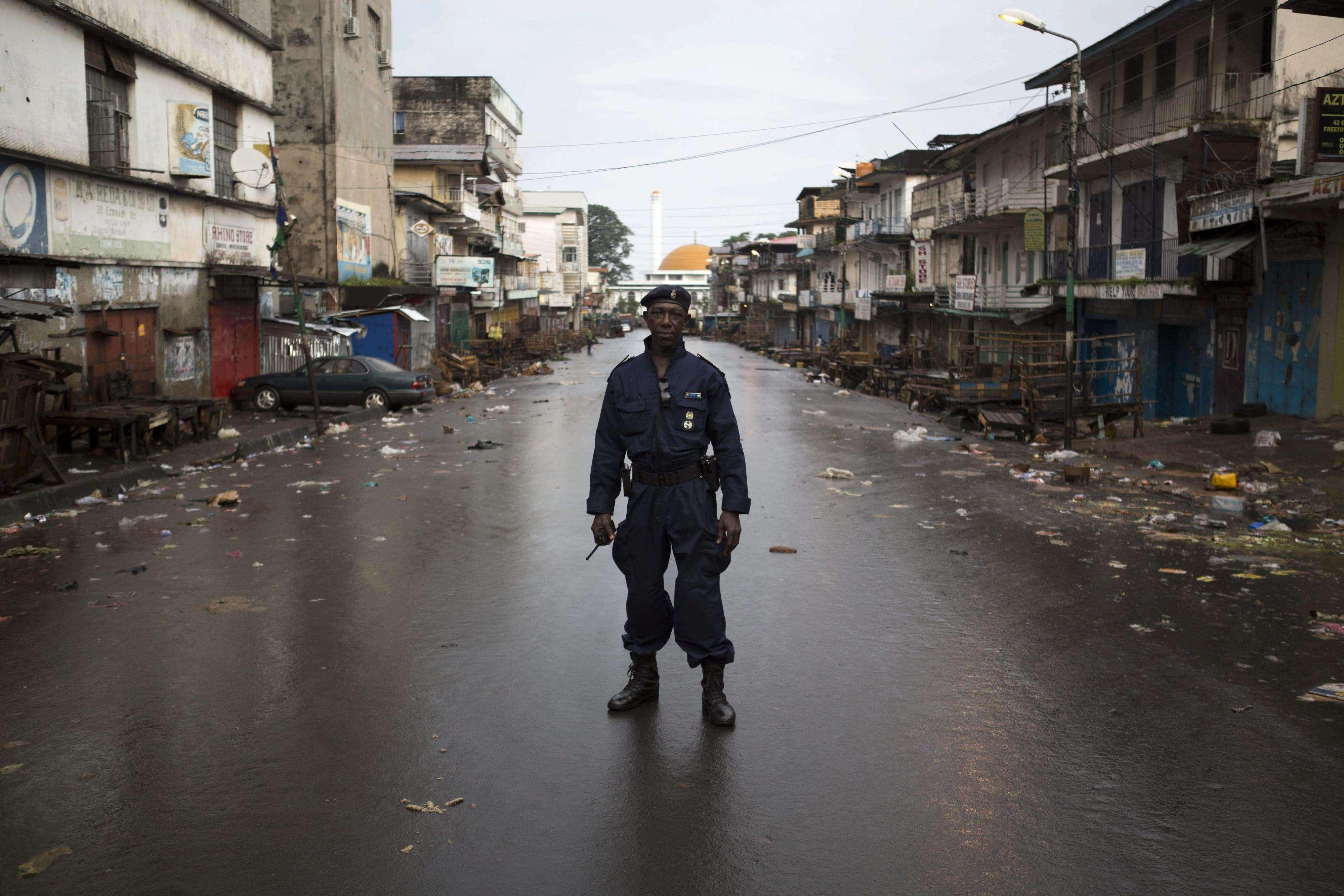 Un policía patrulla en una calle vacía en Freetown, Sierra Leona, ayer viernes. Foto: EFE