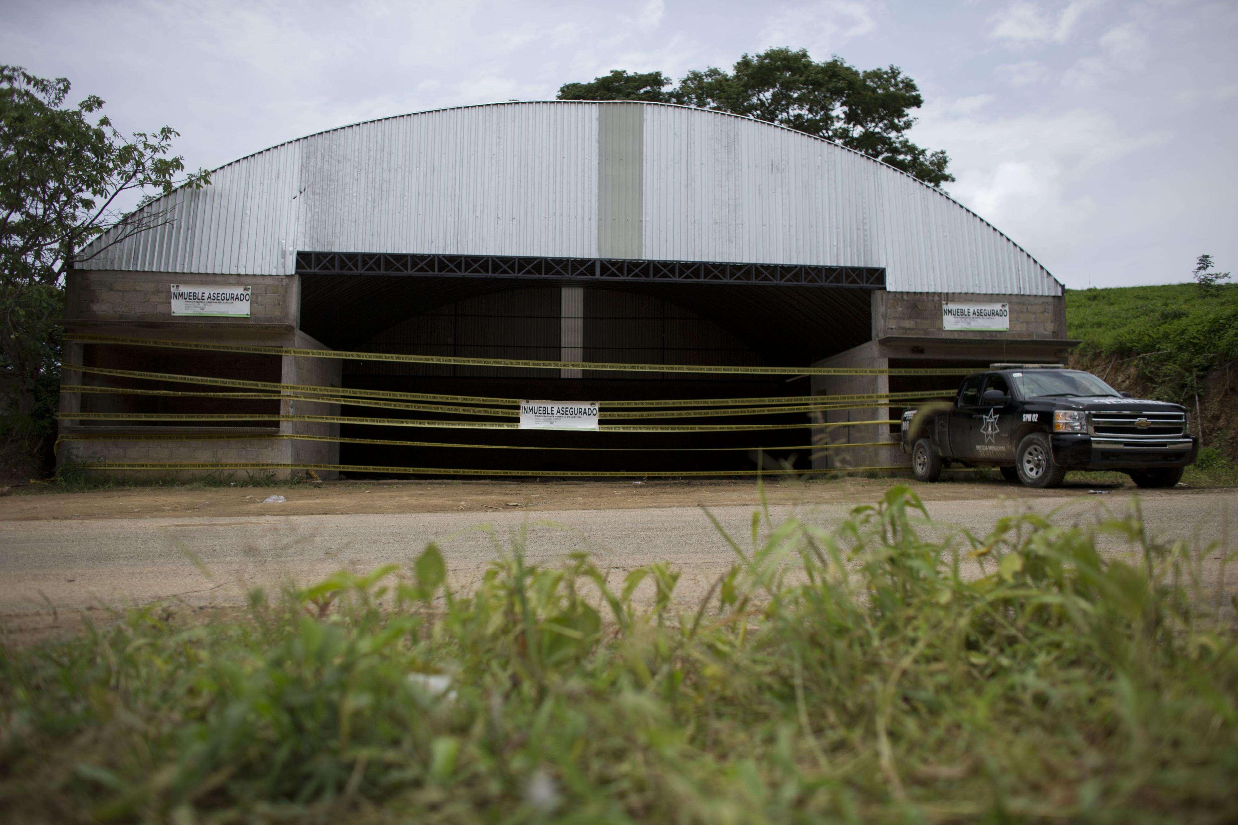 En esta imagen del 3 de julio de 2014 se ve un vehículo de la policía estatal junto a un almacén donde ocurrió un tiroteo entre soldados mexicanos y supuestos delincuentes en las afueras de la localidad de San Pedro Limón, estado de México, México. Foto: AP en español