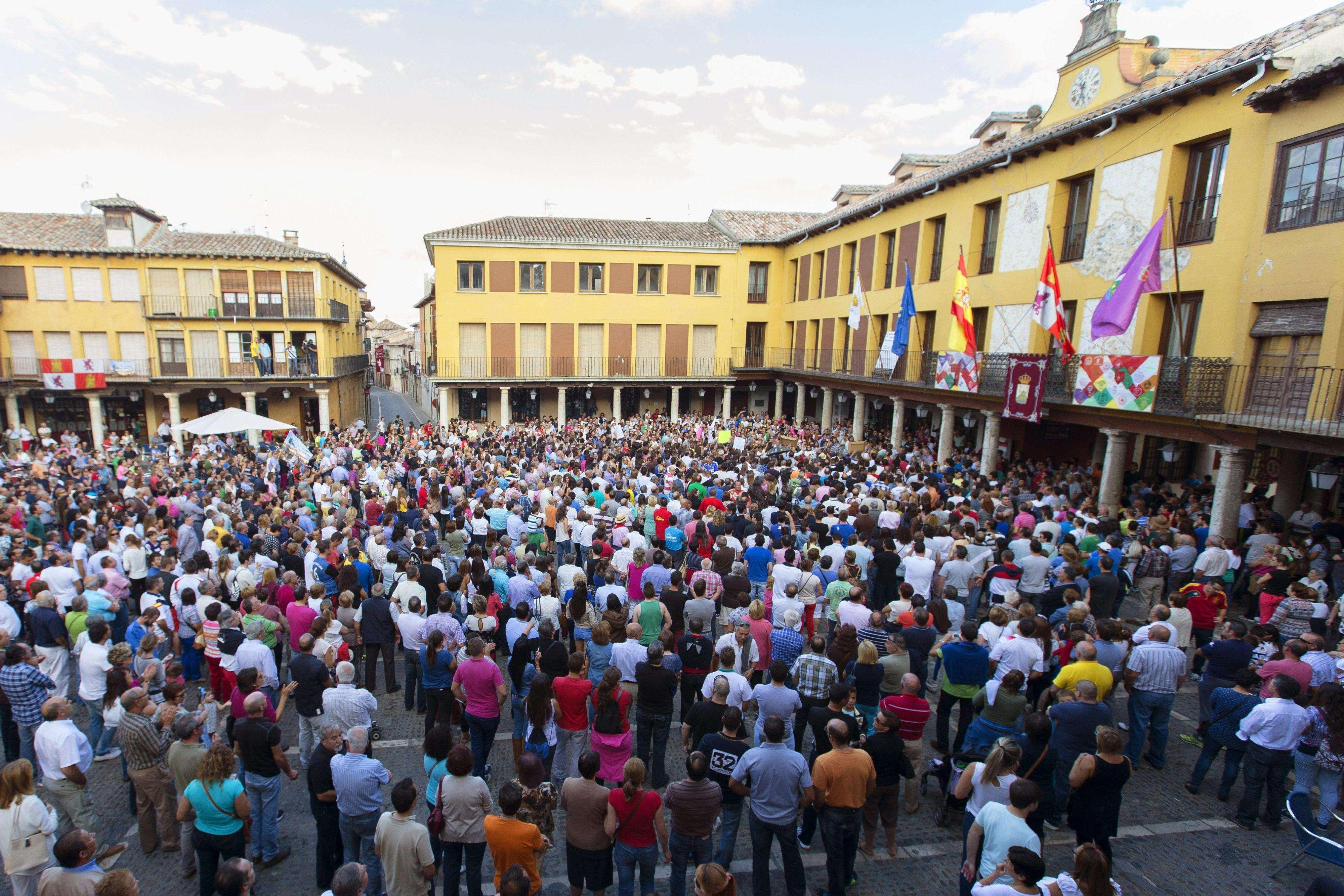 Los vecinos del municipio vallisoletano de Tordesillas durante la manifestación en defensa del Toro de la Vega. Foto: EFE