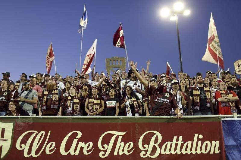 "Sacramento Republic FC fans known as ""The Battalion"" cheer during the team's game against Charleston Battery at Bonney Field, the team's home pitch, in Sacramento, California August 27, 2014. Foto: Robert Galbraith/Reuters"