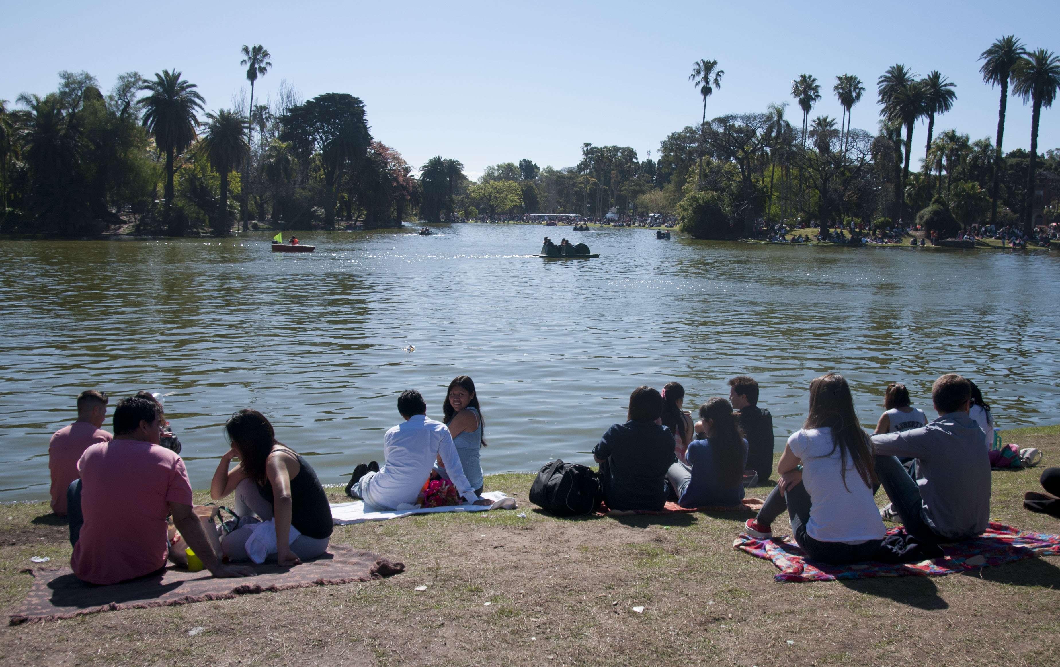 Miles de adolescentes festejaron hoy en todo el país el día de la Primavera, en coincidencia con el día del estudiante, poblando en forma masiva plazas y parques, aunque también movilizados por una serie de actividades y recitales. Foto: Agencias