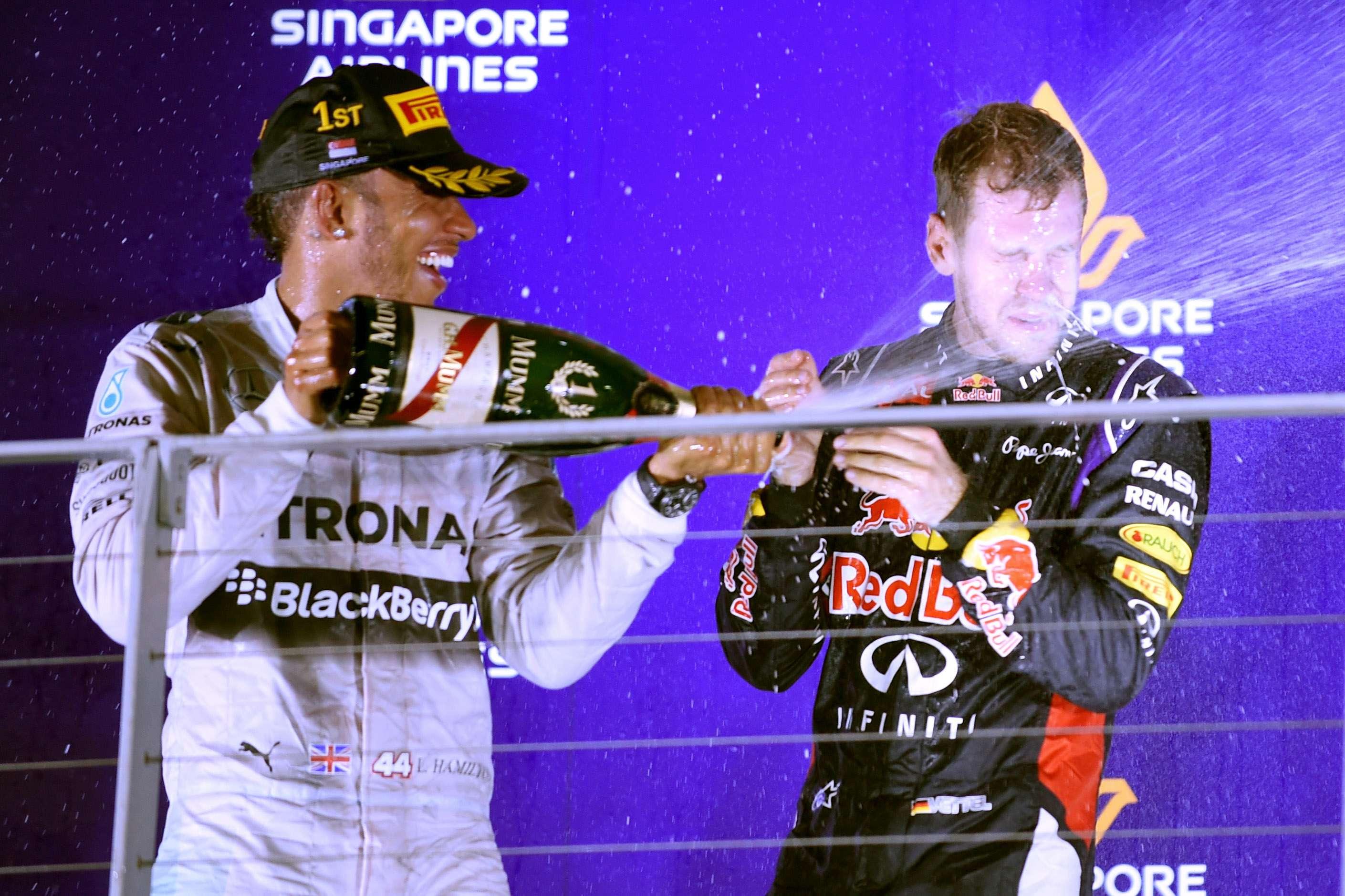 No pódio, Hamilton comemora importante vitoria ao lado do rival Vettel, da Red Bull Foto: Toshifumi Kitamura/AFP
