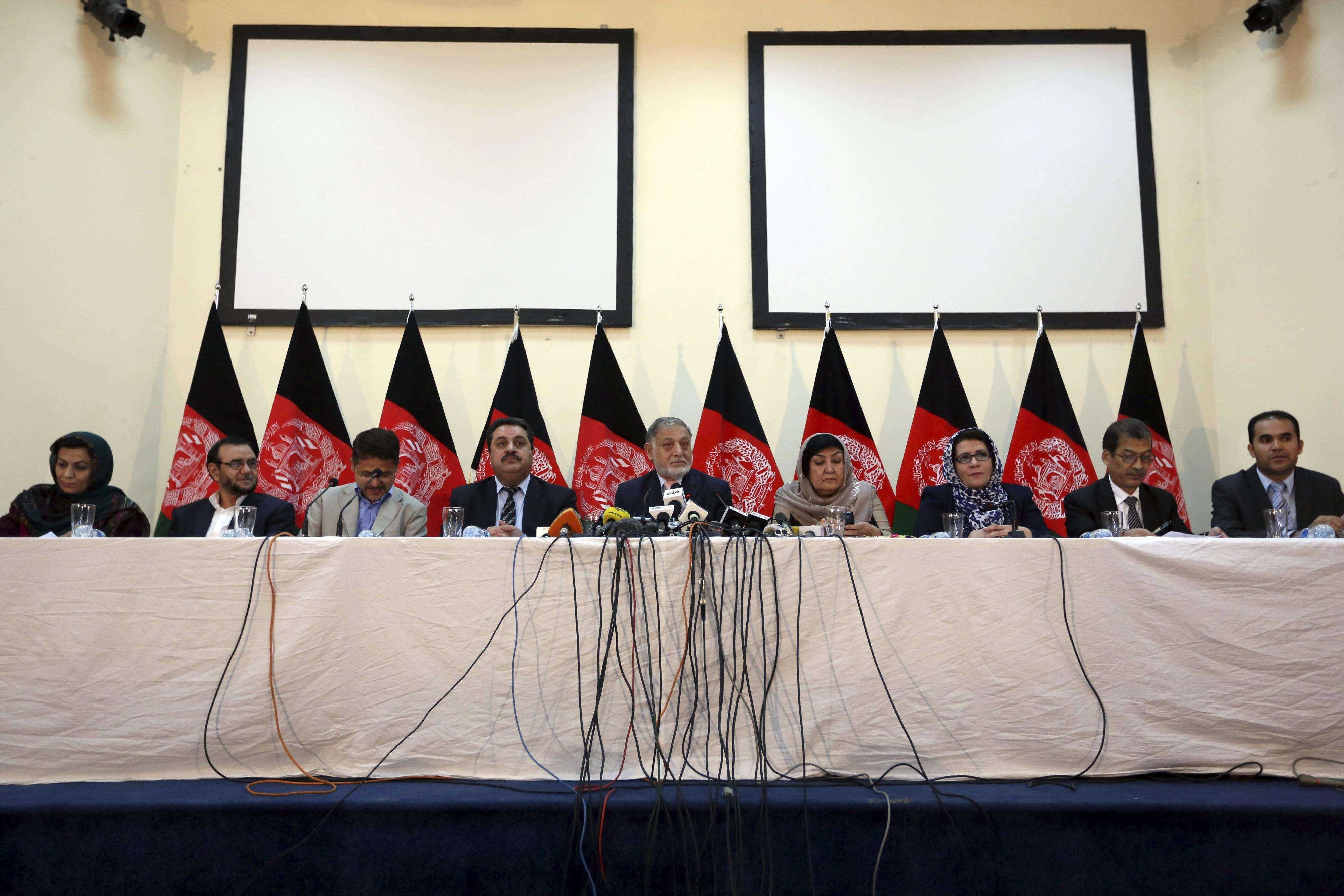 Los candidatos a la presidencia de Afganistán, Ahmadzai y Abdullah Abdullah, firmaron un acuerdo para compartir el poder, poniendo fin a meses de disputas políticas tras una segunda vuelta que amenazaba con sumir al país en el caos y complicar la retirada de tropas extranjeras. Foto: AP en español