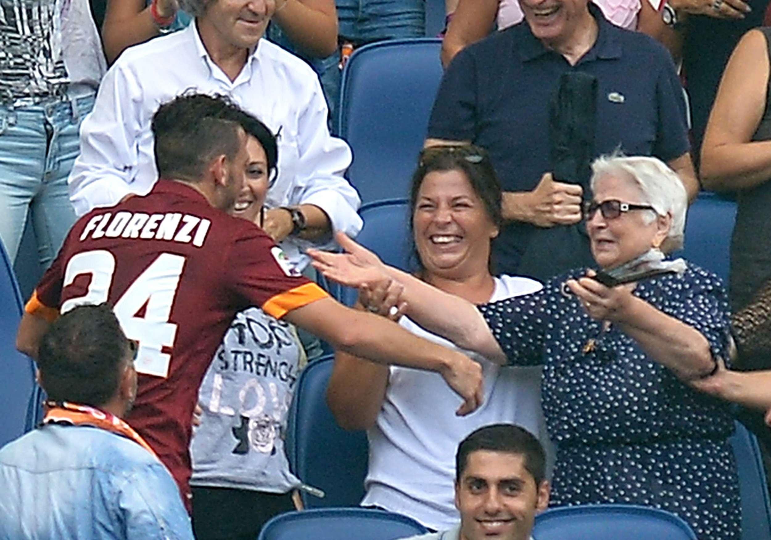 Alessandro Florenzi, quien consiguió el segundo gol de la Roma en el minuto 13, tuvo un particular festejo, ya que se brincó a las gradas y fue a abrazar a su abuela, a quien le dedicó el gol. Foto: AFP