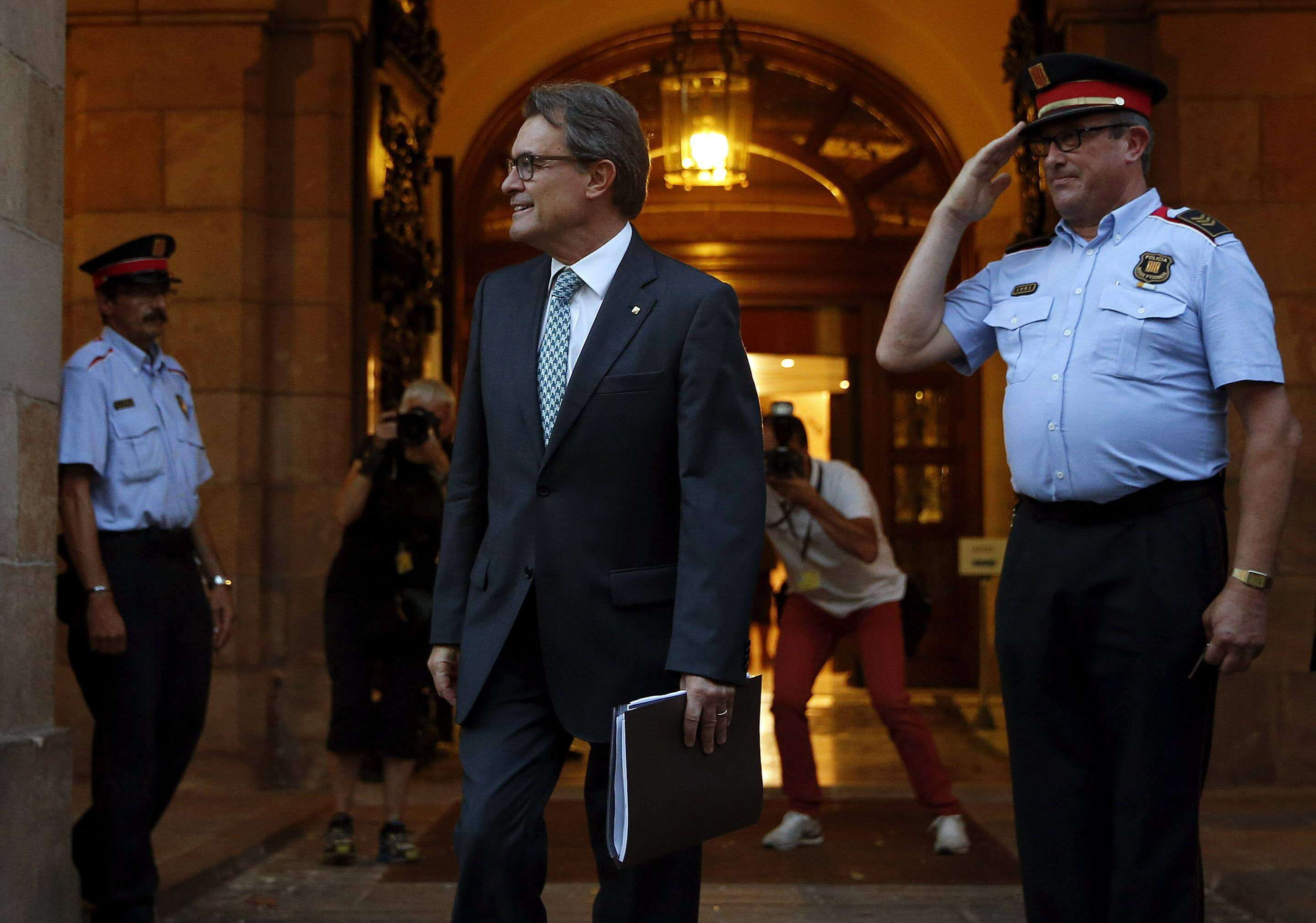 El presidente de la Generalitat, Artur Mas, abandona el Parlament de Cataluña después de la aprobación, en pleno extraordinario, de la Ley catalana de Consultas, el viernes 19 de septiembre de 2014. Foto: EFE