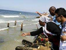 Palestinos lanzan flores al mar por los migrantes fallecidos Foto: BBC Mundo/Copyright